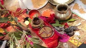 Жених и невеста льет масло на аксессуарах которые на покрывале на индийском рисе плодоовощ кокосов свадебной церемонии сток-видео
