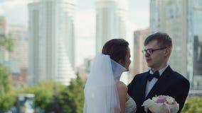 Жених и невеста на день свадьбы в городе сток-видео