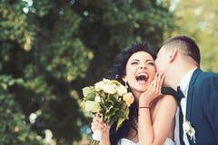 Жених и невеста на дне свадьбы на открытом воздухе на природе весны Bridal пары, счастливая женщина новобрачных и человек обнимая стоковое фото rf