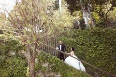Жених и невеста на лестницах Стоковое Фото