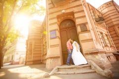 Жених и невеста на заходе солнца Стоковая Фотография RF