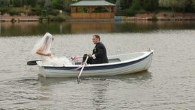 Жених и невеста на озере сток-видео