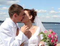 Жених и невеста на предпосылке голубого неба Стоковые Изображения
