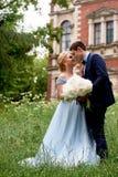 Жених и невеста на предпосылке старого имущества Классическая свадьба Wedding прогулка и фотосессия Объятия и поцелуй стоковые фото