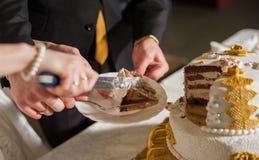Жених и невеста на приеме режа свадебный пирог Стоковое Изображение