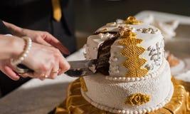 Жених и невеста на приеме режа свадебный пирог Стоковые Фото