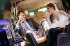 Жених и невеста на прогулке свадьбы Стоковые Изображения RF