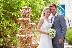 Жених и невеста на свадебной церемонии стоковое изображение