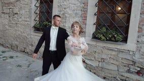 Жених и невеста на танце внешнем 4k свадьбы сток-видео