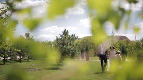 Жених и невеста на траве сток-видео