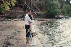 Жених и невеста на улыбке природы Стоковые Фотографии RF