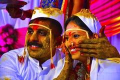 Жених и невеста на церемонии турмерина на индийской свадьбе стоковые фотографии rf