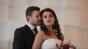 Жених и невеста на photosession свадьбы видеоматериал