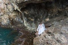 Жених и невеста новобрачных пар смеется над и усмехается друг к другу, счастливый и радостный момент Человек и женщина в свадьбе Стоковые Фотографии RF