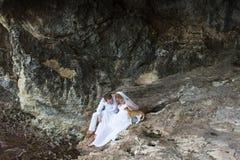 Жених и невеста новобрачных пар смеется над и усмехается друг к другу, счастливый и радостный момент Человек и женщина в свадьбе Стоковая Фотография