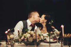 Жених и невеста обнимая собаку Лабрадора на торжестве свадьбы стоковая фотография
