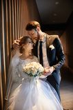 Жених и невеста обнимая и целуя пока стоящ на лестницах Wedding, gentle объятие человека и женщины Стоковые Изображения RF