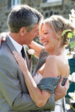 Жених и невеста обнимая Outdoors Стоковые Изображения