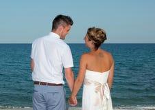 Жених и невеста около пляжа Стоковое фото RF
