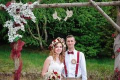 Жених и невеста около свода свадьбы Стоковое Изображение
