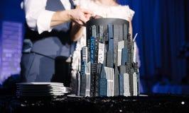 Жених и невеста отрезал конец свадебного пирога вверх стоковая фотография rf