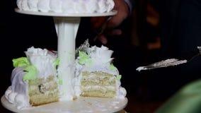 Жених и невеста отрезал свадебный пирог сток-видео