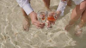 Жених и невеста позволил вне 2 рыбам от стеклянных шаров в океане Идея свадьбы Символ пар пляж экзотический сток-видео