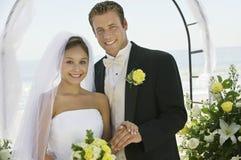 Жених и невеста под аркой outdoors (портрет) стоковые фото