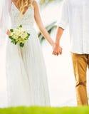 Жених и невеста, романтичная заново пожененная пара держа руки, Ju Стоковое Изображение