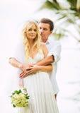 Жених и невеста, романтичная заново пожененная пара держа руки, Ju Стоковое Фото