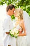 Жених и невеста, романтичная заново пожененная пара обнимая, как раз m Стоковые Фото