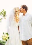 Жених и невеста, романтичная заново пожененная пара целуя, как раз mar Стоковое Изображение