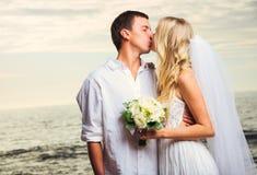 Жених и невеста, романтичная заново пожененная пара целуя на быть Стоковая Фотография