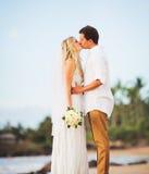 Жених и невеста, романтичная заново пожененная пара целуя на быть Стоковые Изображения RF