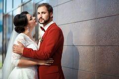 Жених и невеста, романтичная пара в запальчиво взрыве, близко стены свадьбы здания Стоковое Фото