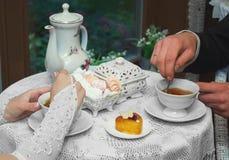 Жених и невеста сидя на таблице в кафе и выпивая чае стоковое фото