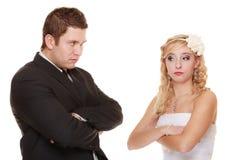 Жених и невеста смотря обиденный один другого Стоковая Фотография RF