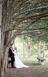 Жених и невеста стоя вдоль строки тройников Стоковая Фотография