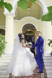 Жених и невеста с букетом цветков на лестницах стоковые изображения