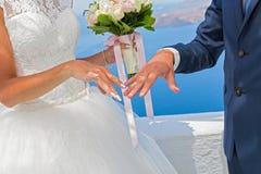 Жених и невеста с букетом цветков Стоковая Фотография