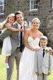 Жених и невеста с мальчиком Bridesmaid и страницы на свадьбе Стоковое фото RF