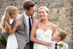Жених и невеста с мальчиком Bridesmaid и страницы на свадьбе Стоковые Изображения RF