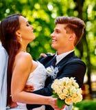 Жених и невеста с цветком напольным Стоковая Фотография