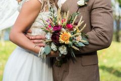 Жених и невеста с bouqet Стоковое Изображение RF