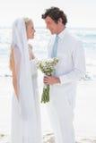 Жених и невеста усмехаясь на одине другого Стоковые Фото