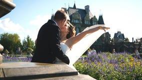Жених и невеста целуя перед старым замком видеоматериал
