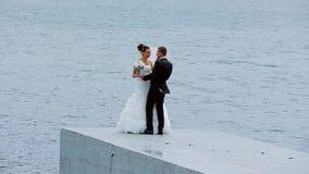 Жених и невеста целуя и прижимаясь видеоматериал