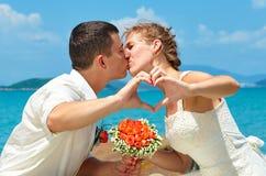 Жених и невеста целуя на красивом тропическом пляже, romanti Стоковые Изображения RF