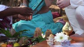 Жених и невеста льет масло на аксессуарах сток-видео