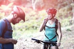 Женская атлетическая питьевая вода от пакета оводнения Стоковая Фотография RF